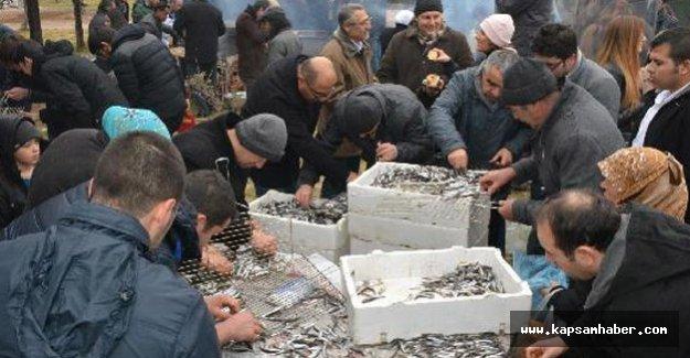 Niğde'de Karadenizliler 1 ton hamsiyi ücretsiz dağıttı