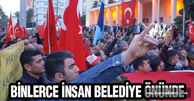 Adana'da binlerce insan belediye önünde