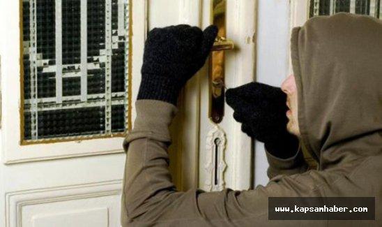 Hırsızlık için girdiği evde parmağını bıraktı