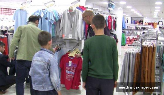 Gönüllü Gençler Derneği, çocuklara bayramlık alıyor
