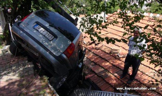 Otomobil gecekondunun üstüne düştü