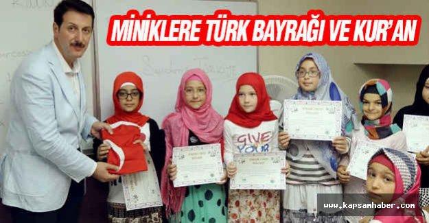 Miniklere Türk Bayrağı ve Kur'an-ı Kerim