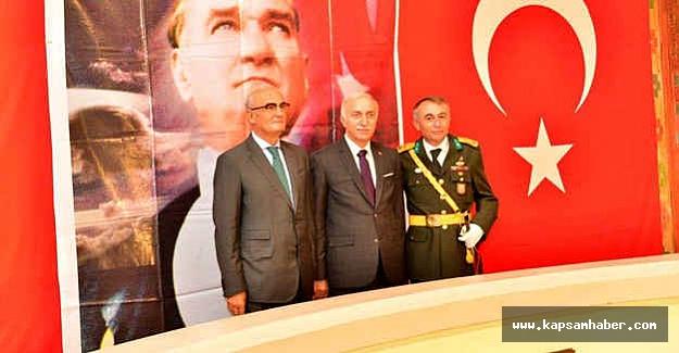 Samsun Valisi, Kutlamalara Atatürk Anıtına Çelenk Koyarak Başladı