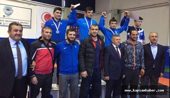 İlkadım'ın Genç Güreşçileri Şampiyonlukla Döndü…