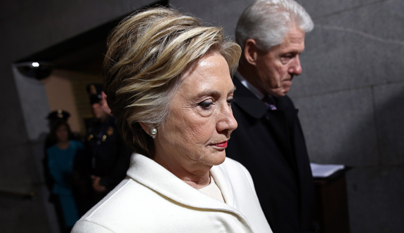 """Hillary Clinton'un Yazdığı """"Neler Oldu"""" Adlı Kitabı Eşiyle Arasını Bozdu"""