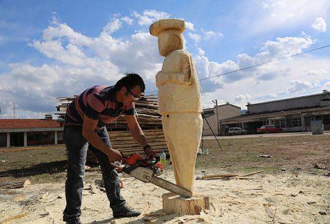 Ağaç kesme motoruyla heykel yapıyor...