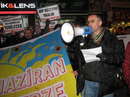 AK Parti binası önünde 4 eski bakanla ilgili kararı protesto ettiler