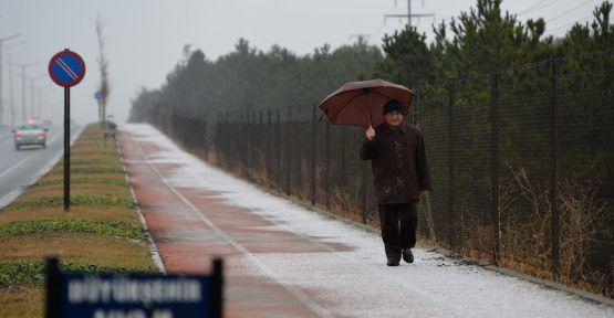 Ankara'ya mevsimin ilk karı düştü...
