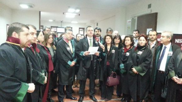 Avukatlar meslektaşlarına yapılan şiddeti protesto etti