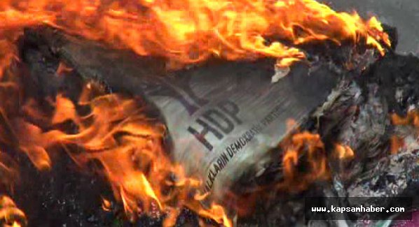 Balıkesir HDP il binasına giren grup eşyaları yaktı