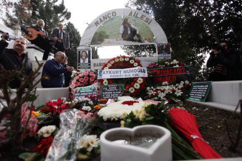 Barış Manço'yu sevenleri kabri başında dualarla andı