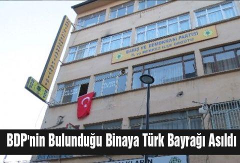 BDP binasına Türk Bayrağı Asıldı