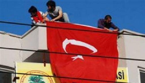 BDP binasına Türk Bayrağı astılar