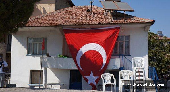 Denizli BBP'i şehidin evi önene Bayrağı yeniden astı