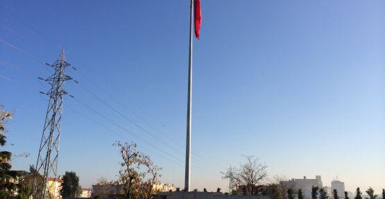 Dev Türk Bayrağı Önüne Atatürk Heykeli