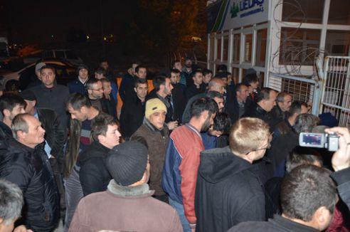 Elektriksiz kalan köylüler UEDAŞ binasını bastı
