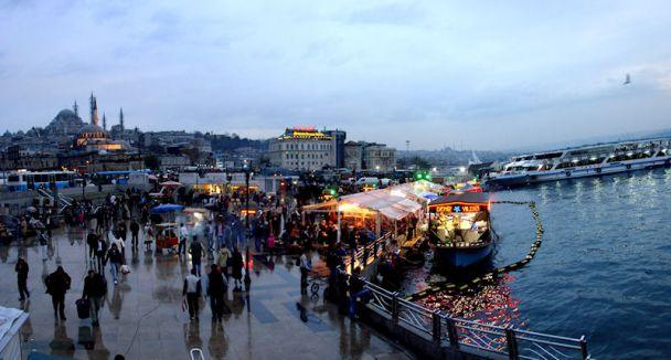 Eminönü'nde çeyrek altınlı lokum izdihamı