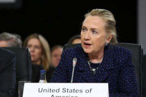 Hillary Clinton'a ayakkabı fırlatıldı...