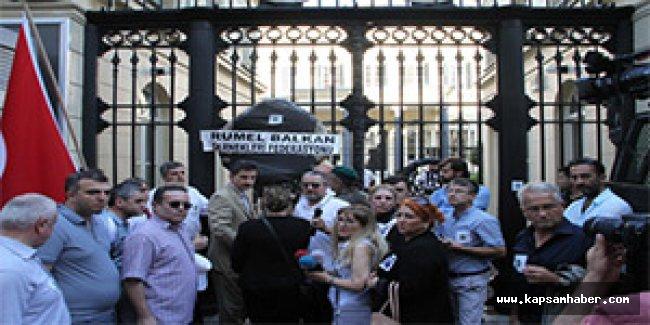 Hollanda Konsolosluğu önünde siyah çelenkli protesto