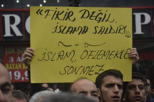 Hz. Muhammed'e hakaret eden Charlie Hebdo dergisi protesto edildi