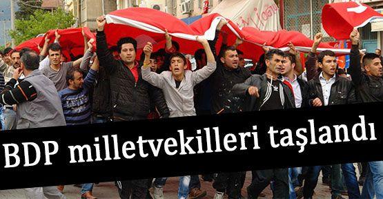 Kalabalık Bir Grup BDP'lileri Taşladı