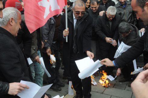 KESK üyeleri maaş bordrolarını ateşe verdi