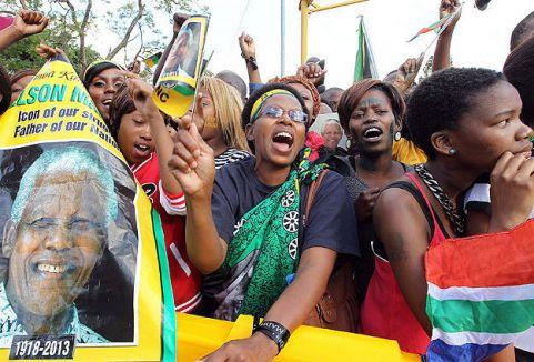 Mandela'nın naaşına ziyaretçi akını