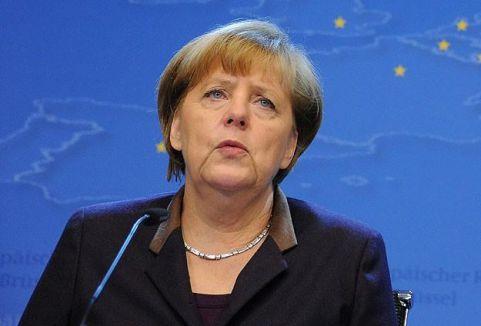 Merkel kayak yaparken düştü...