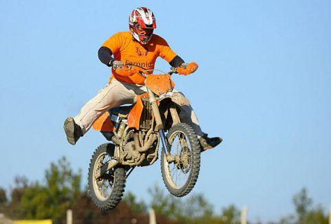 Milli motosikletçi evinde ölü bulundu