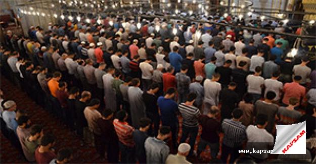 Müslümanlar teravih namazı için camilere akın etti