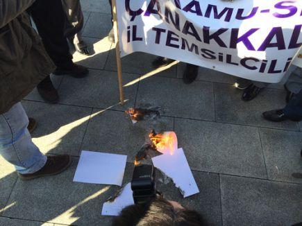 Öğretmenler bordroları yaktı, ateşiyle vatandaş ısındı