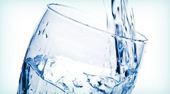 Oturarak su iç koleradan korun...