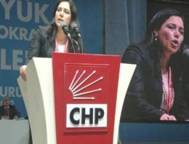 Polis, CHP Vekilin Çakarlarını Söktü