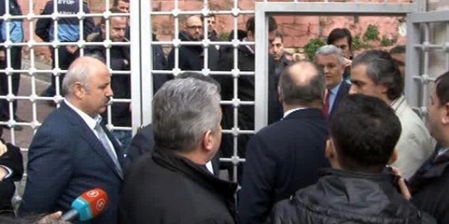 Polis, Gazeteciler ve Yazarlar Vakfı'nın Eyüp'teki binasını bastı