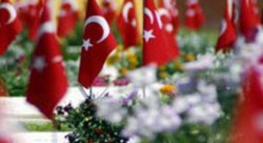 Şehitlikte Türk Bayrağı ve Slogana Yeni Karar
