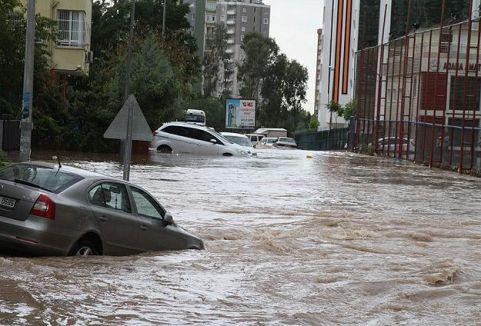 Şiddetli yağış su baskınlarına yol açtı