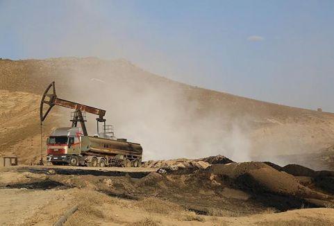 Suriye petrolü toprağa akıyor...