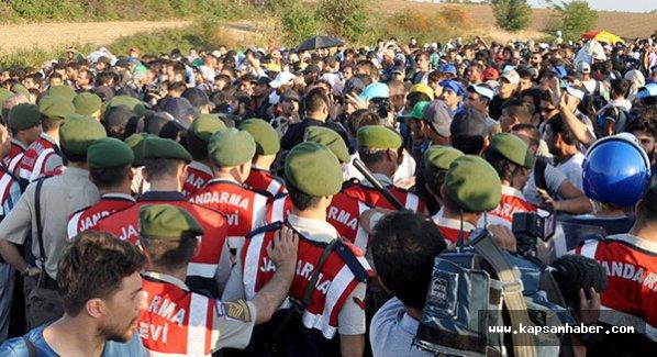Suriyeliler'den güvenlik güçlerine biber gazı ve taşlı saldırı...