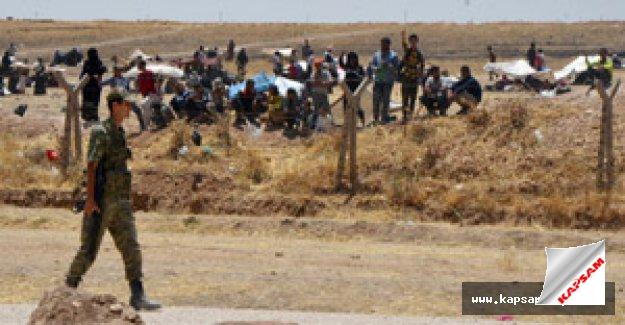 Suriyeliler sınırda bekliyor