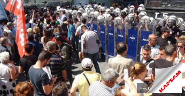 Taksim'de, eylemci gruba