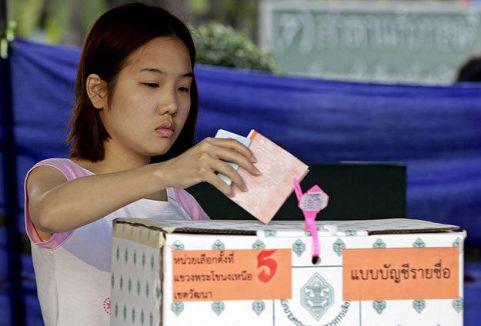 Tayland'da halk sandık başında...