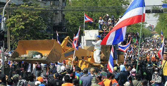 Tayland'da kriz büyüyor...