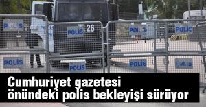 Cumhuriyet gazetesi önünde polisler beklemeye devam ediyor