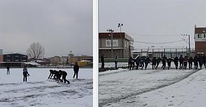 Maçta Sahadaki Karları Taraftar ile Futbolcular Temizledi