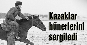 Kazak gençleri at üstünde...