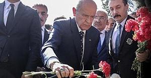 Alparslan Türkeş, vefatının yıl dönümünde mezarı başında anıldı