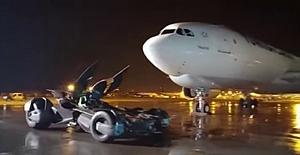 Batmobile uçak altında tur attı