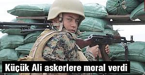 Küçük Ali askerlere moral veriyor...
