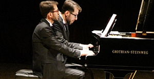 İkiz piyanistler büyüledi
