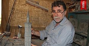 Sur'un tarihi yapılarını taşlara dövüyor